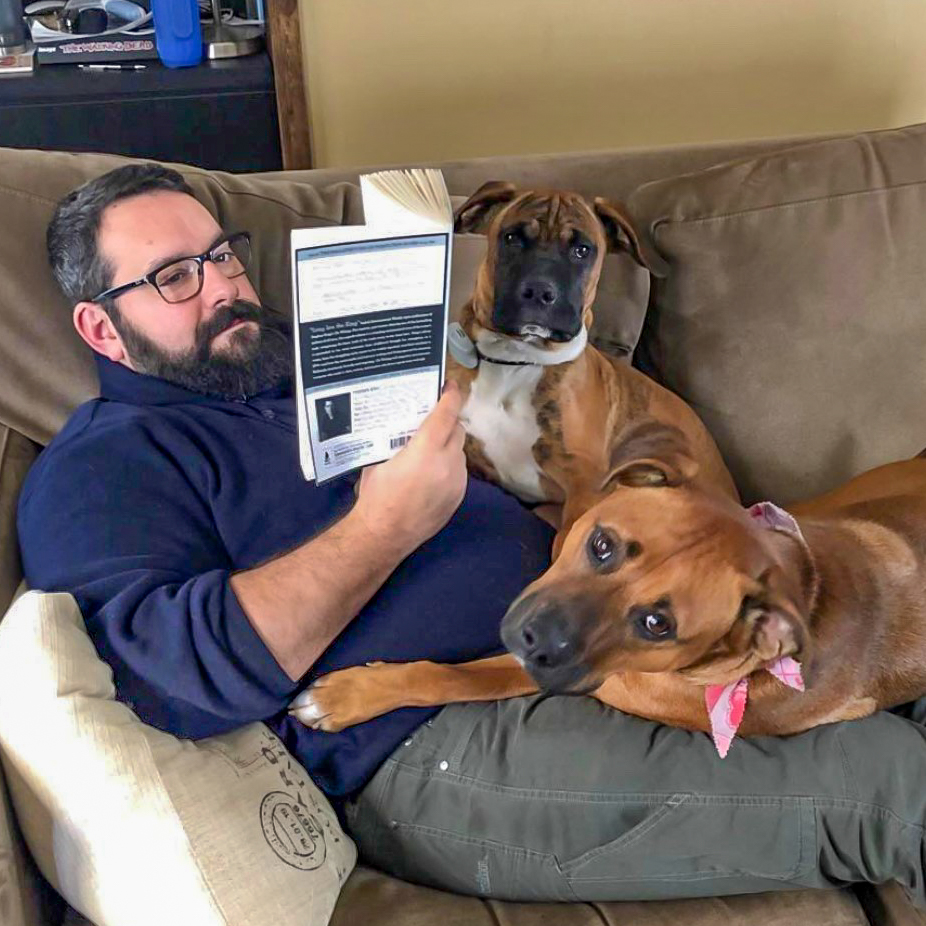 photo of John Schneider reading with the dogs